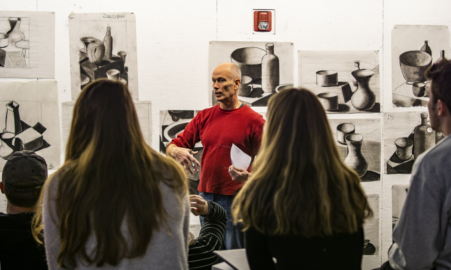 Professor of Art and Architecture Nick Ruth discusses course policies and procedures during âIntro to Drawingâ in the Katherine D. Elliot â66 Studio Arts Center.