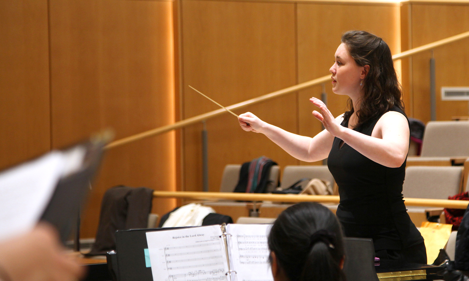 Elena Parkins â18 conducts a recital in Froelich Hall as part of her yearlong Honors project in choral conducting.