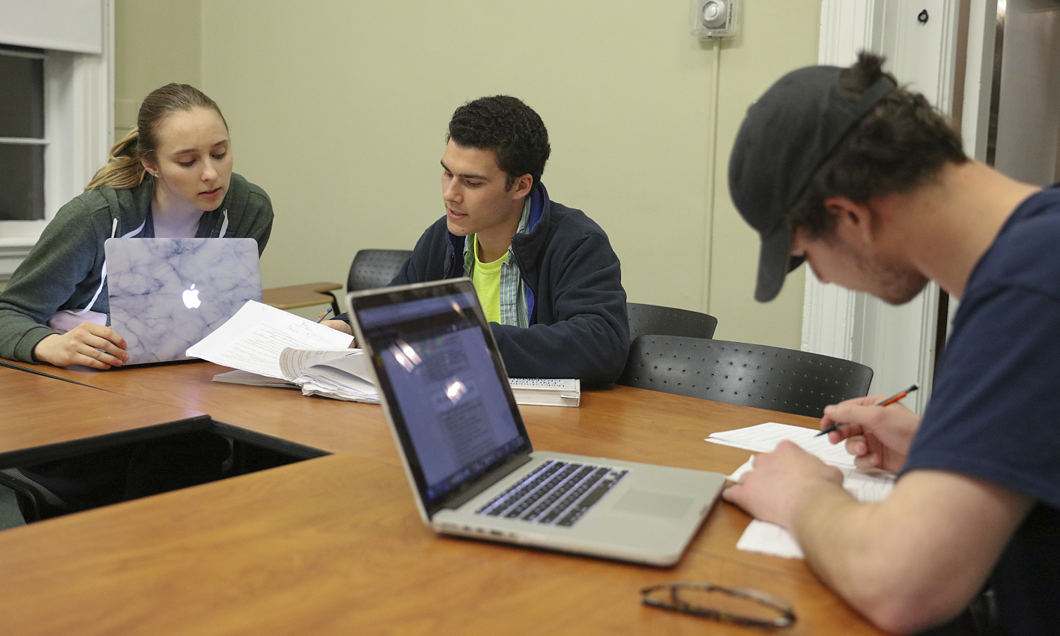 """Hannah Nelson '19, study table leader for """"Grammer and Style"""" with Associate Professor of Writing and Rhetoric Maggie Wener, works with Adrian '20 and Aldo Giannattasio '19 in Coxe Hall."""