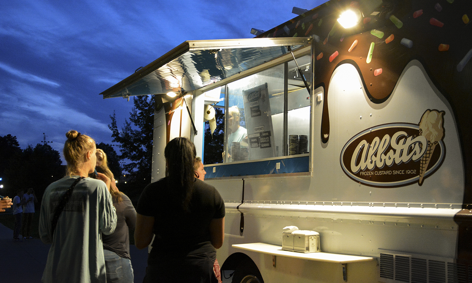 Students enjoy food trucks during Orientation Weekend.