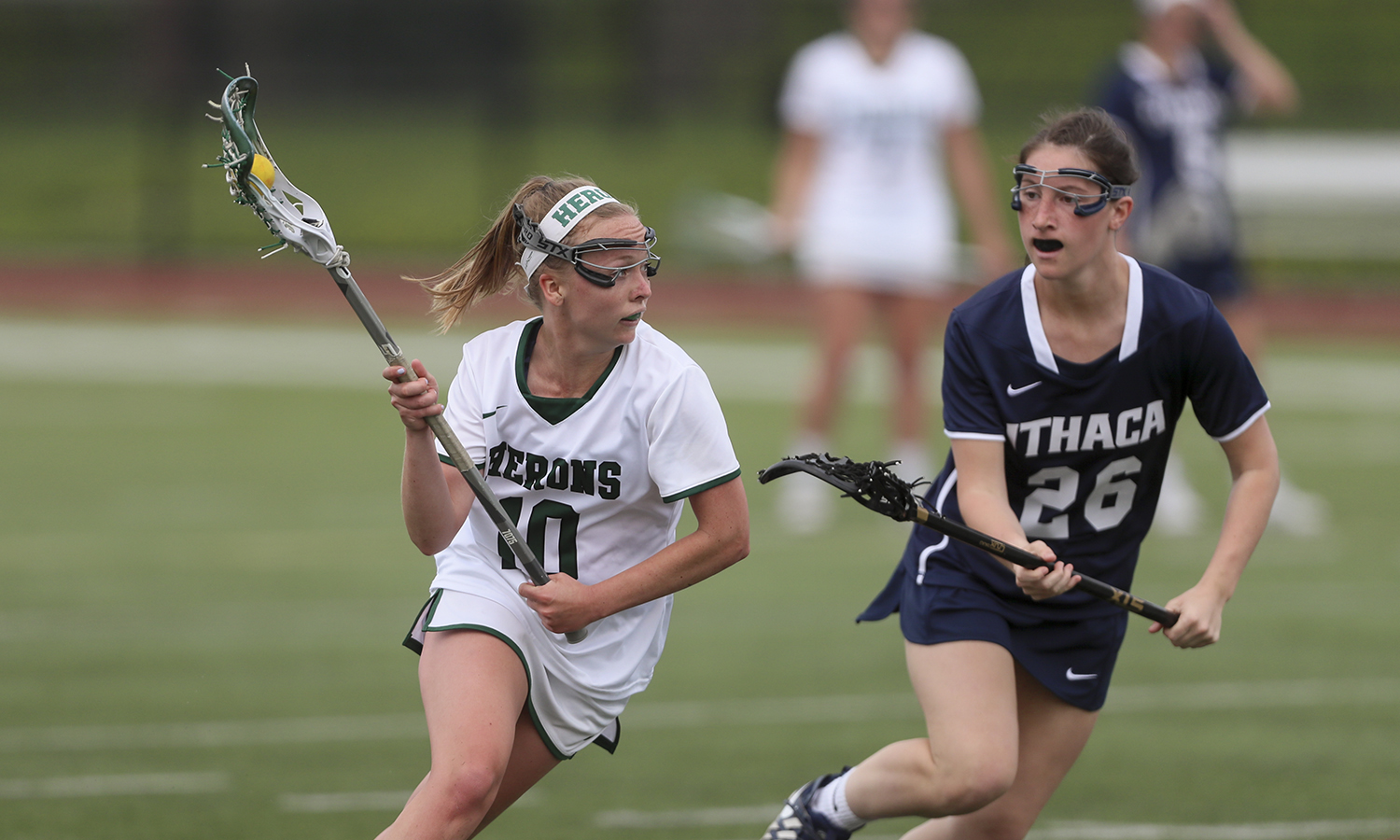 Kelsi Carr '18 works around a defender during William Smith's 15-10 win over Ithaca College during the 2018 Liberty League Women's Lacrosse Championship.