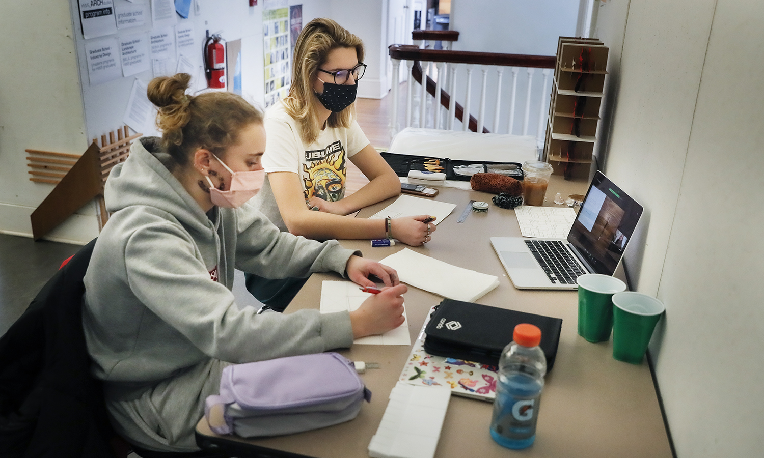 Students on Zoom in Houghton House KColtonHannah Taylor '22Leila Buswinka '22 Drawing and sketching through storytelling, Kirin Makker