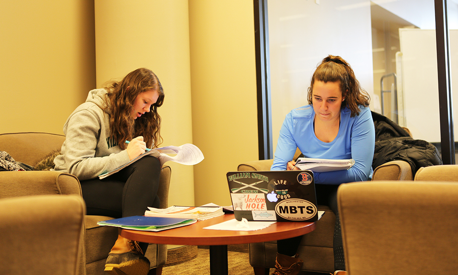 Carey Seviel '18 and Elizabeth Warren '18 working in the library
