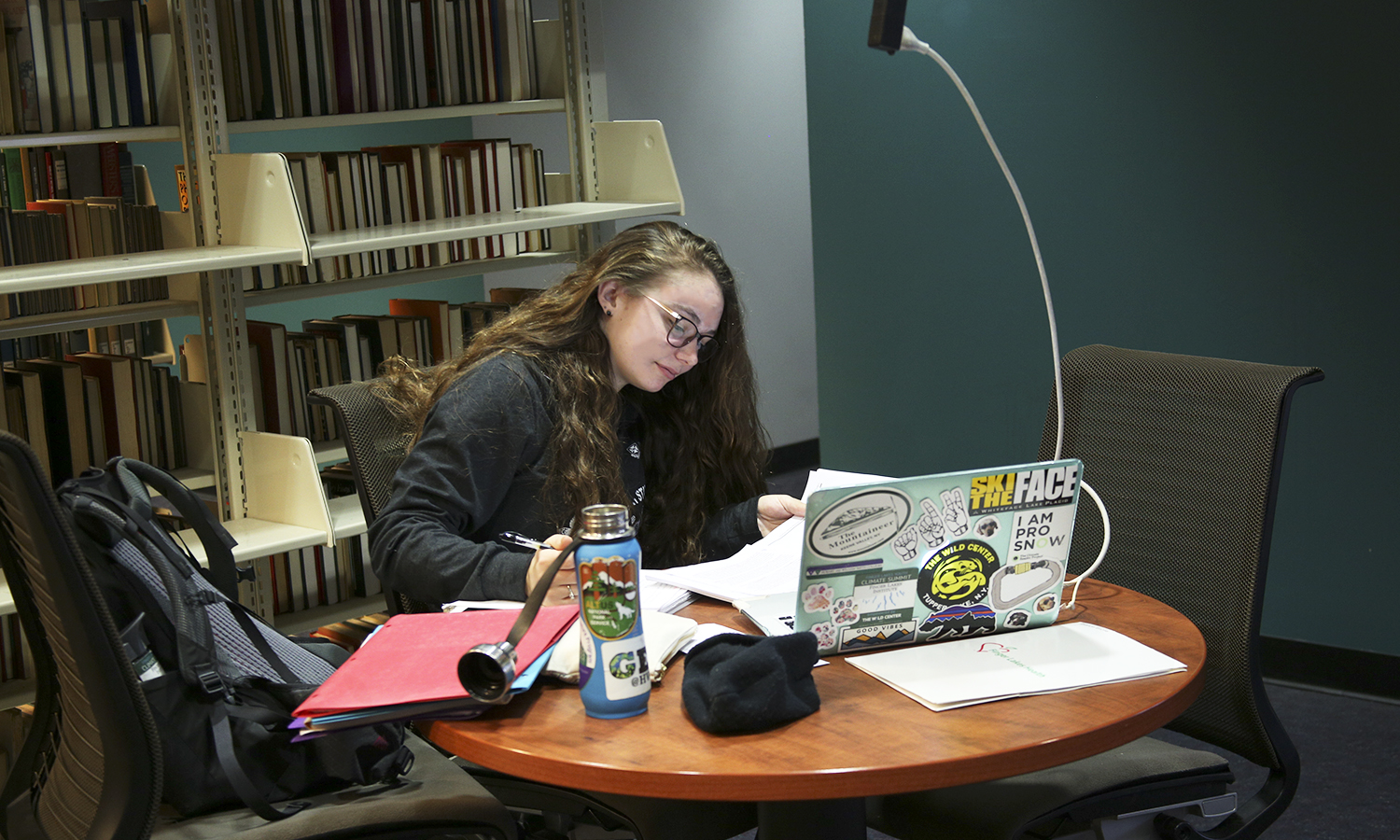 Amanda Bruha 'xx studies in the Warren Hunting Smith Library.