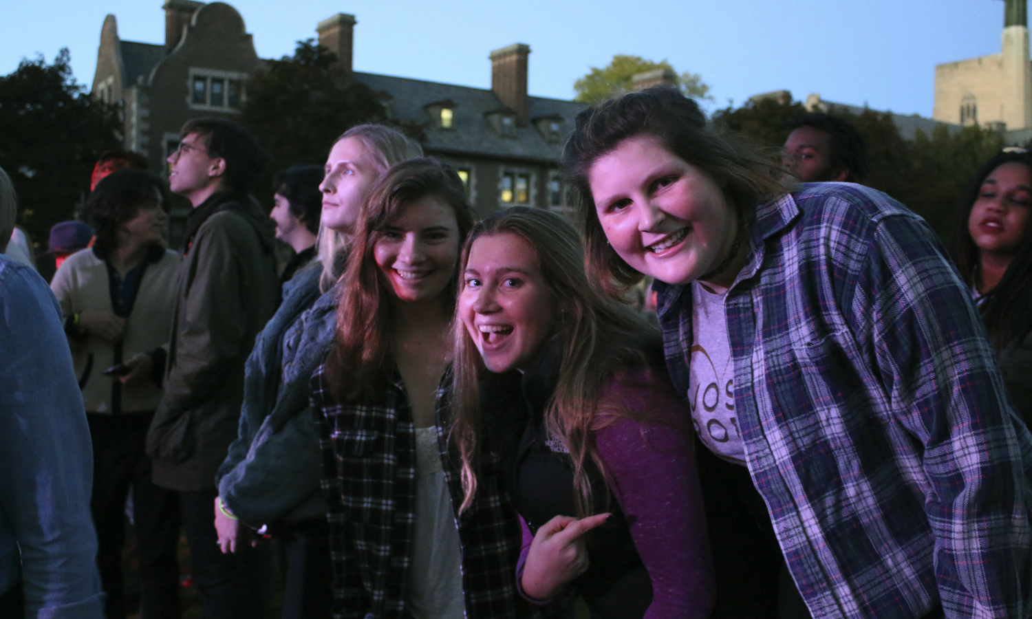 Ella Bourisseau 19', Allie Haversat 19' and Lili Dash 19' enjoy the concert on the Quad