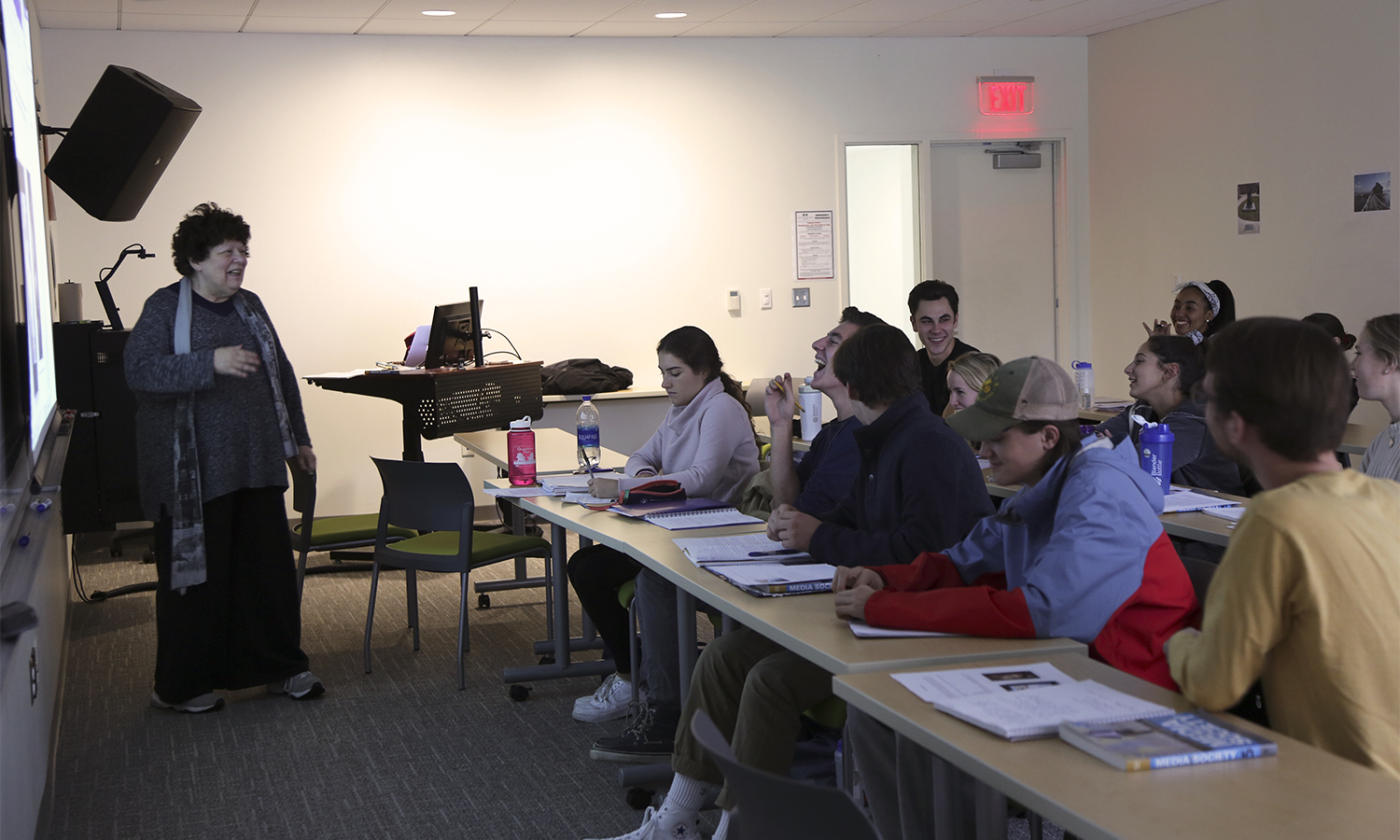 Professor of Media and Society Linda Robertson discusses the state of modern advertising with students in âIntroduction to Media and Societyâ in the Gearan Center for the Performing Arts.