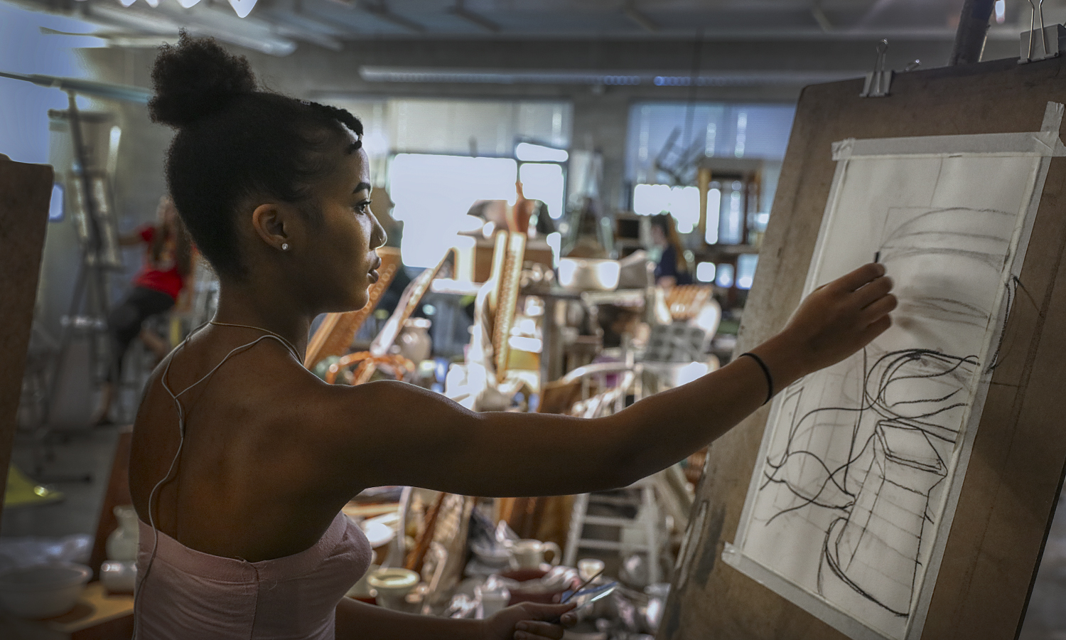 """Tai-Ling Bey '20 sketches a still life during """"Introduction to Drawing"""" with Professor of Art and Architecture Phillia Yi."""