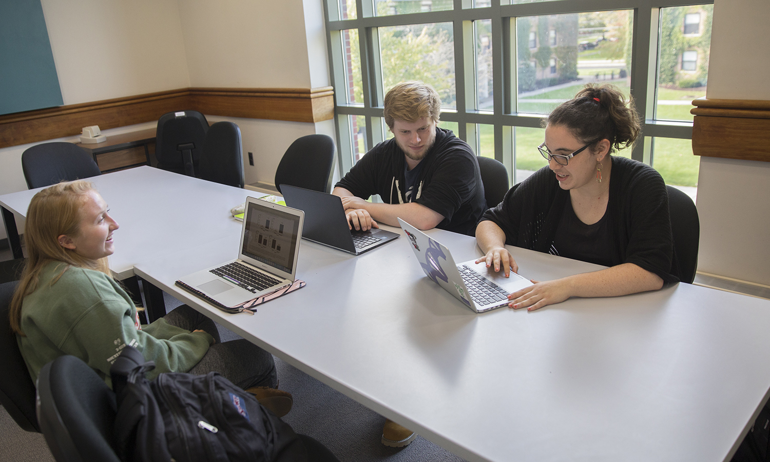 "Jordan Woodsinger 'X Chris Kneische 'X and Macaela Rourke 'X work on assignments for Professor of Biology Elizabeth Newell's ""Agroecology"" class."